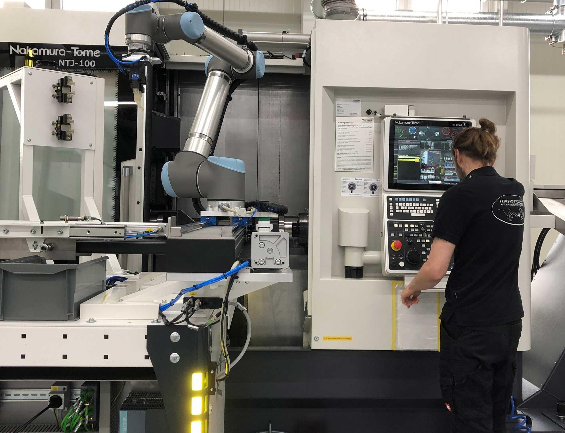 Mitarbeiter Lorenscheit an einer individuellen Automatisierung